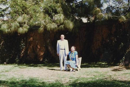 С супругой в саду посольства СССР в Катманду, Непал (1991 г.)