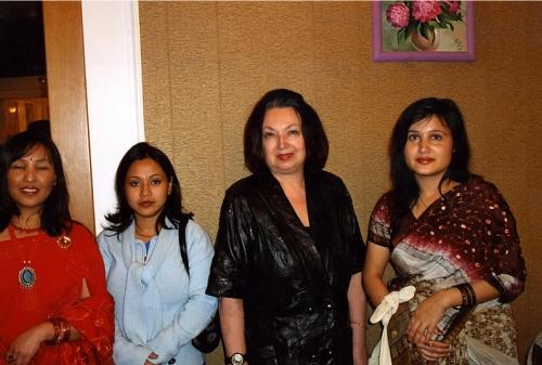 Супруга Наида с непальскими подругами