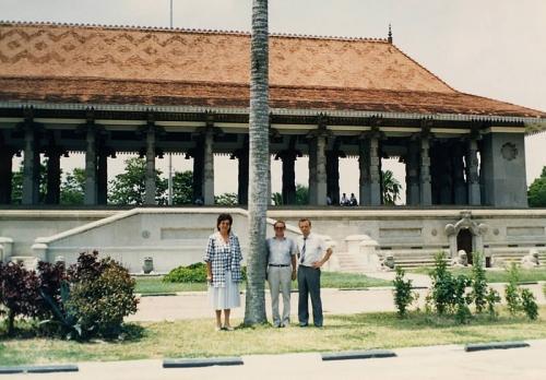 У памятника независимости Цейлона (1993 г.)